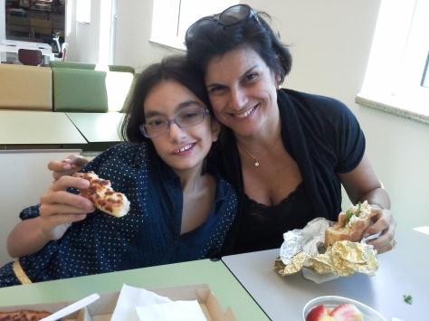 Primeira refeição: Ju foi de Pizza Hut, eu de Caesar sld e frutinha,  Álvaro de Earl`s club, sanduíche natural quente, em West Palm Beach Plaza