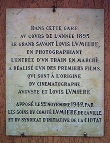 Placa na Estação em que os irmãoes Lumiére fizeram o filme do trem chegando à estação