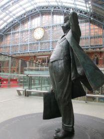 Escultura em homenagem a Sir John Betjeman, responsável por salvar a estação St Pancras e o hotel da demolição nos anos 1960