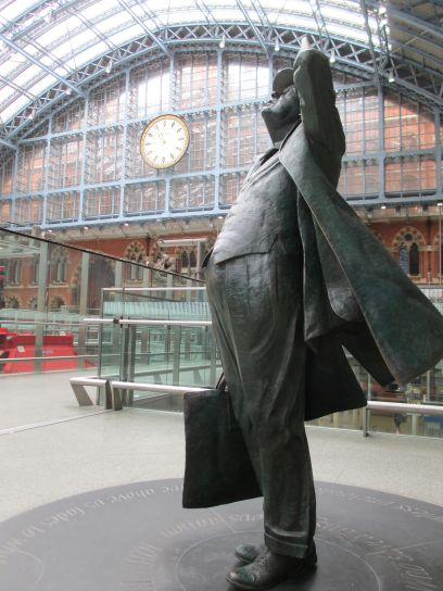 Escultura em homenagem a Sir John Betjeman, responsável por salvar a estação e o hotel da demolição nos anos 1960