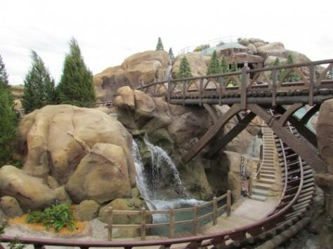 Parte da atração The Seven Dwarfs Mine Train. FonteÇ www.thedisnyblog.com