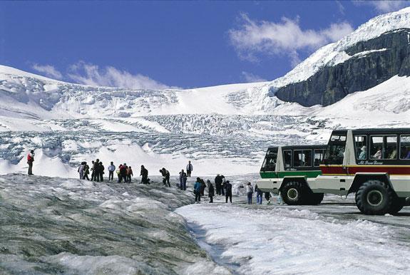 Ônibus turístico na Athabasca Glacier.