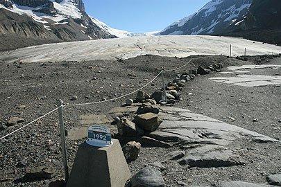 A placa mostra o assustador recuo da geleira. Foto de Judd Patterson