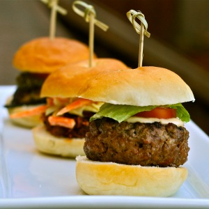 Porção de hamburguinhos chamada Sliders.
