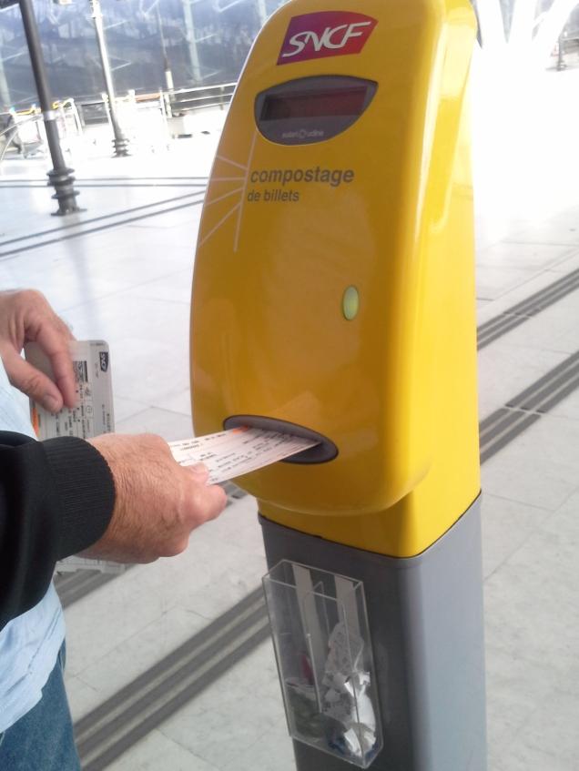Homem casado viaja validando o bilhete de trem