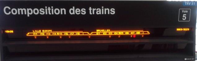 Na estação CDG, indicação do vagão em painel na plataforma