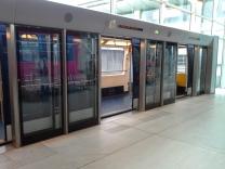 Plataforma e trem que leva de um terminal ao outro, dentro do CDG