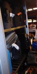 A única prateleira para bagagens por vagão. Travel Light eram as palavras que batiam em minha memória...