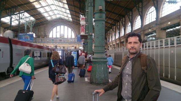 Homem Casado Viaja, na Gare du Nord, em Paris