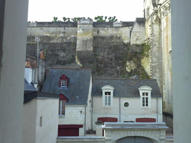 Vista de nosso quarto no B&B Les Floreons: muralha e Torre do Castelo de Amboise, bem atrás