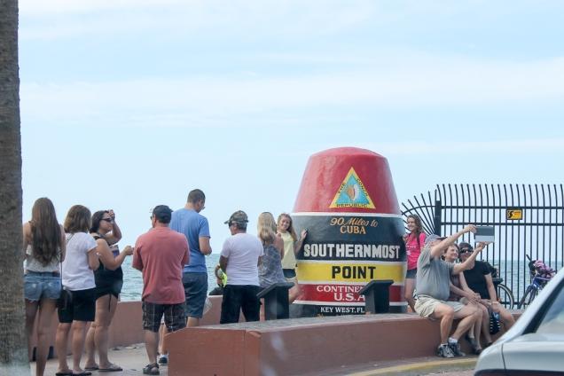 Turista é bicho estranho. Fila para fotografar o marco do ponto mais ao Sul dos Estados Unidos