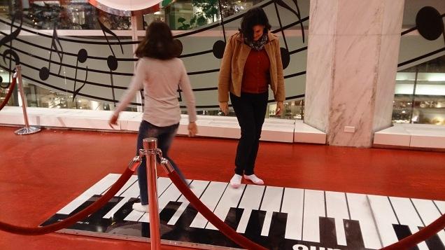 Além de divertido, o piano de chão é ótimo exercício!