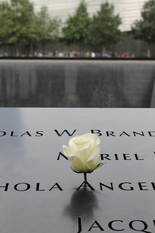 Uma rosa para lembrar uma vida no Memorial 11 de setembro