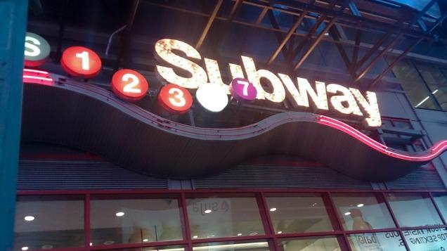 Até o metrô da Times Square é padrão Broadway
