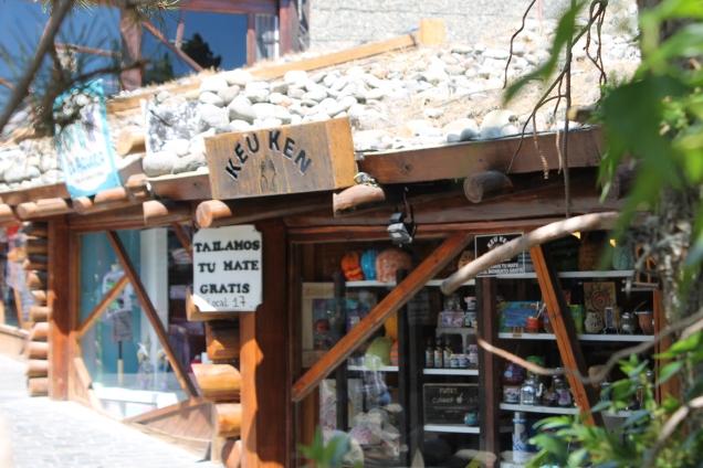 Cobertura de pedras nas lojinhas de artesanato