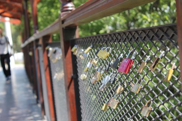 Cadeados na ponte para o mirador: semelhanças entre Paris e Calafate ficam presas ali