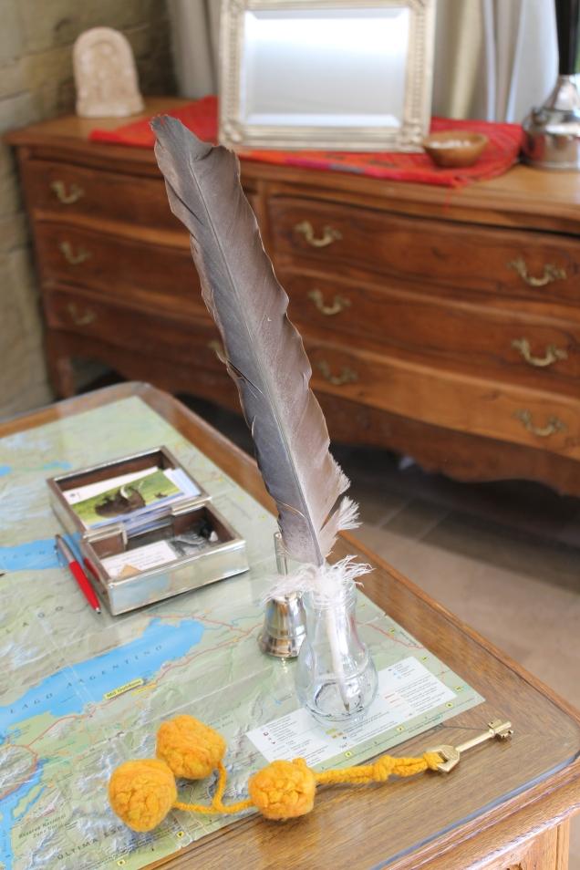Capricho: caneta com pena de Condor e chaveiro com lã de alpaca