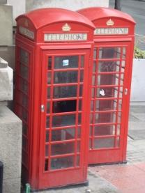 As cabines telefônicas perderam sua função principal e algumas viraram banheiro público ou mural para anúncios