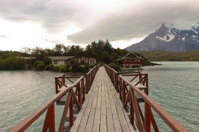 Ponte sobre o Lago Pehoe até o hotel
