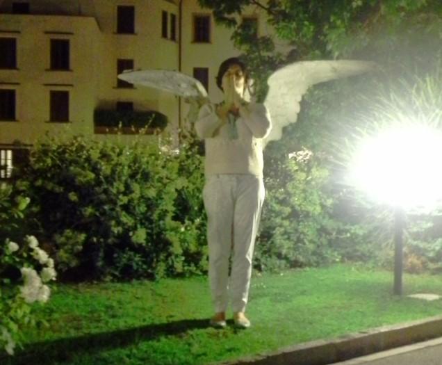 Eu, virando anjo no jardim do hotel Gabriele D'Anunzio