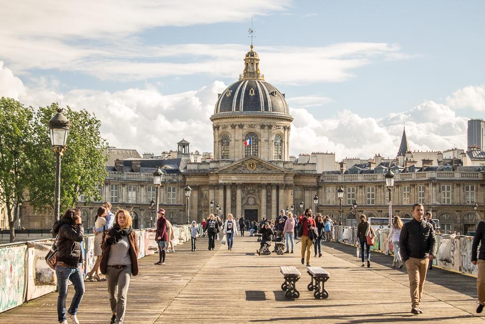 A Ponte das Artes e o lindo edifício da Academia Francesa