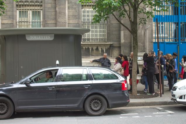 Um dos banheiros públicos de Paris