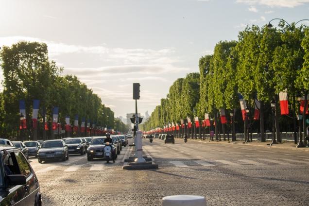 A Champs Elysee decorada para o feriado