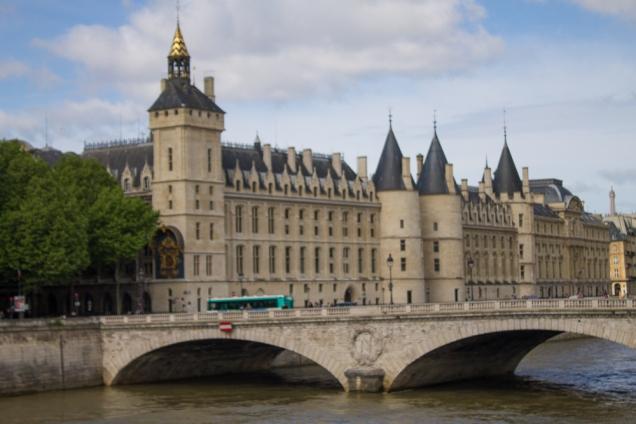O edifício que serviu como palácio Real e cadeia durante a Revolução Francesa