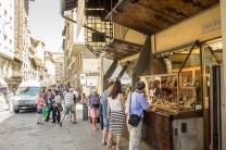 As joalherias sobre a Pinte Vechio, que existem desde a Idade Média, substituindo o antigo comércio de peixes e carne