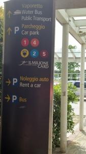 indicação na saída do saguão do aeroporto