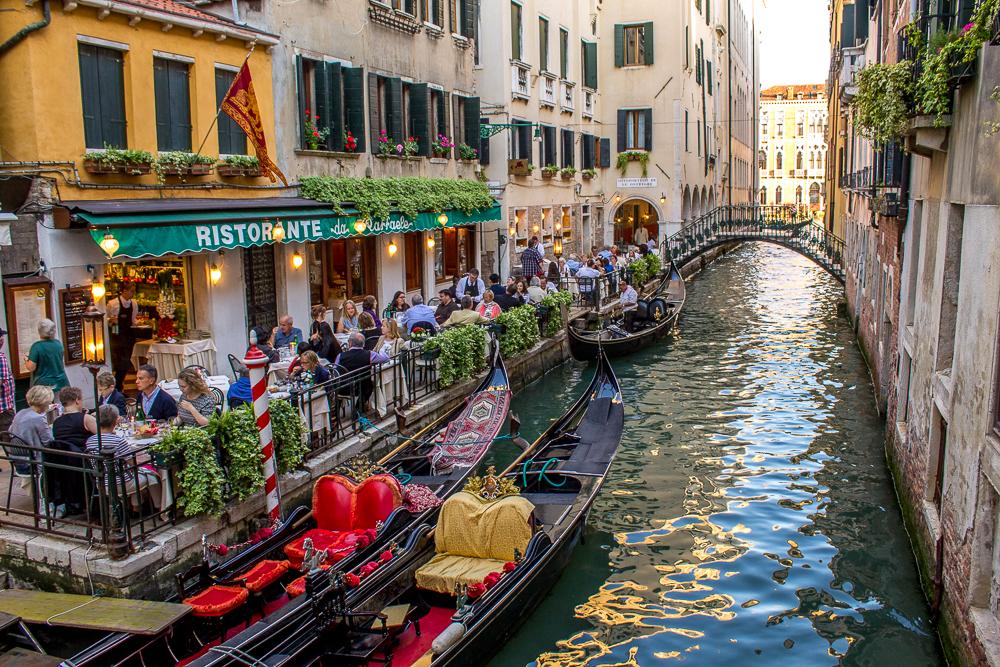 Restaurante canal em Veneza
