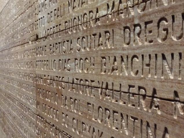esta é para passar o tempo: ache seu sobrenome em baixo relevo numa parede de 10 a 15 metros
