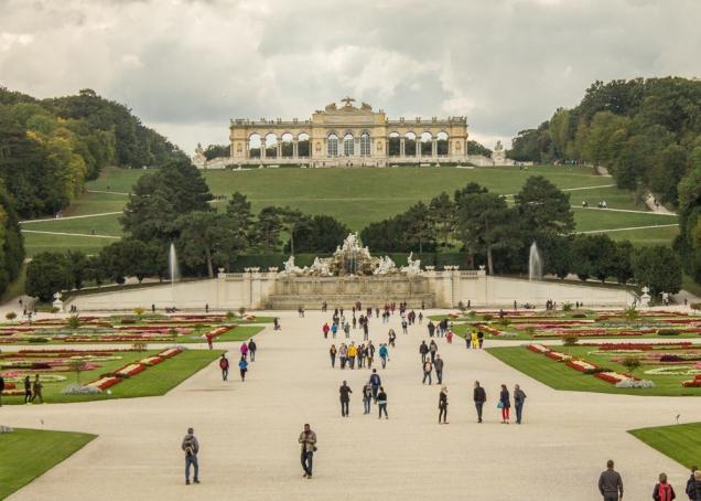 O jardim nos fundos do Schobrunn e Gloriette, no alto da colina