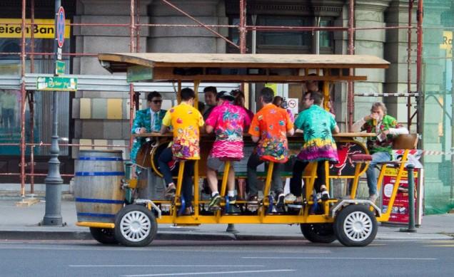 O carrinho movimentado por pedaladas movidas a cerveja. Só em Budapeste!