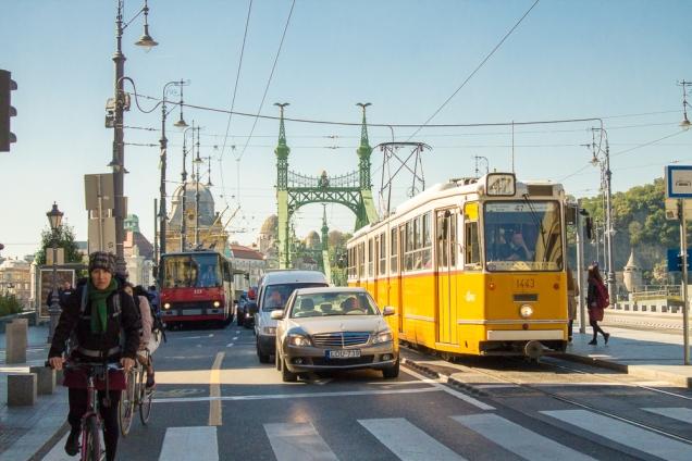 O Bonde amarelo, carros e bikes sobre a ponte Elisabete (Erzsébet)