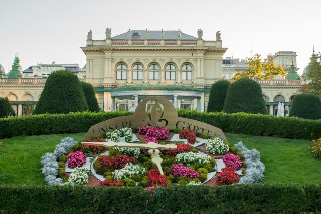 Relógio de Flores no Stadtpark e ao fundo o Kursalon, onde Johann Strauss deu seu primeiro concerto