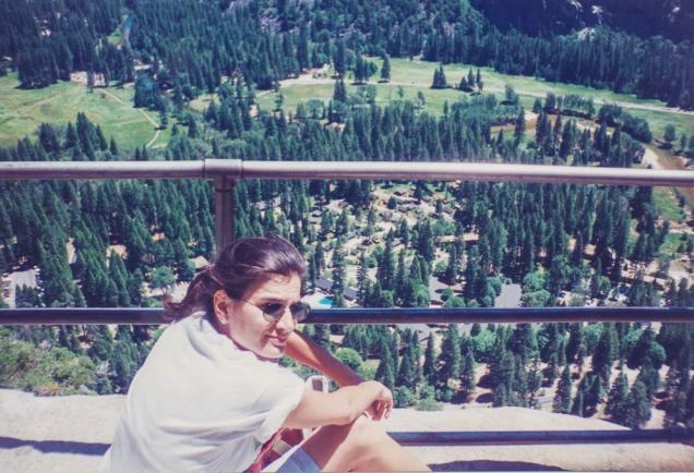 Descansando na trilha para Yosemite Falls e admirando o Vale
