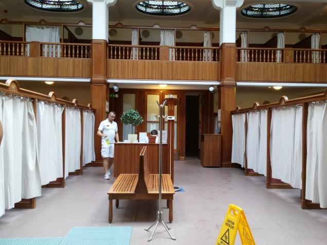 Um dos salões de cabines de massagem