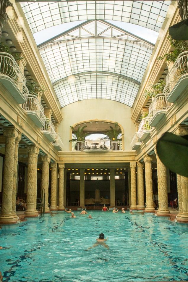 A piscina principal: só com touca