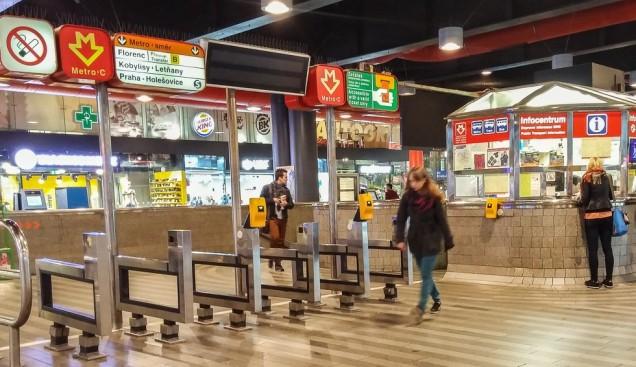 A estação de Praga. Ao fundo, o quiosque de informações