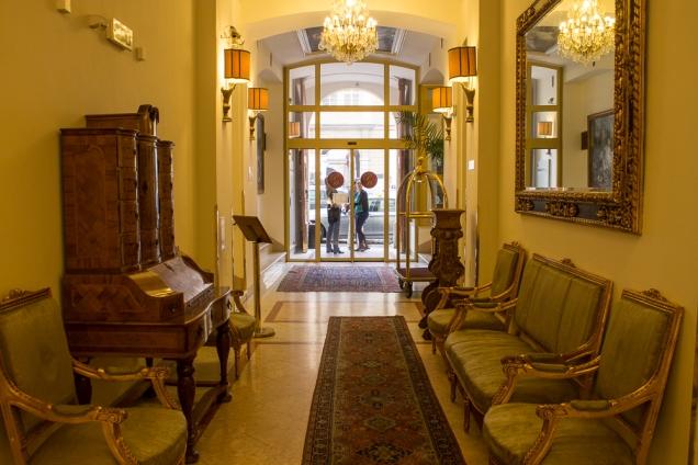o hall de entrada do hotel