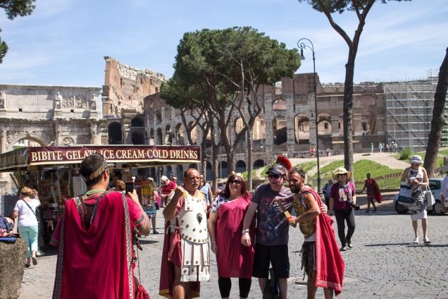 A hora do mico: foto com gladiadores romanos!
