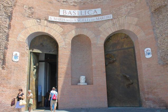 A fachada simples esconde a jóia que é a Santa Maria degli Angeli