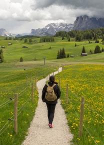 Para ser feliz: uma trilha na montanhas, mochila nas costas e viver um sonho acordada