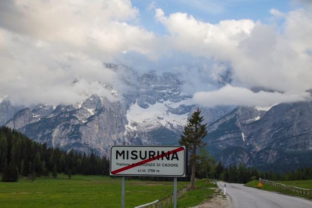 A faixa vermelha sobre o nome da localidade indica seu limite