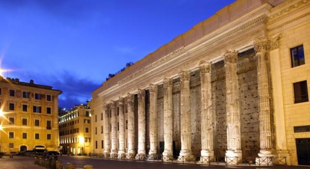 o Templo de Adriano, ao lado do hotel. Foto do Booking