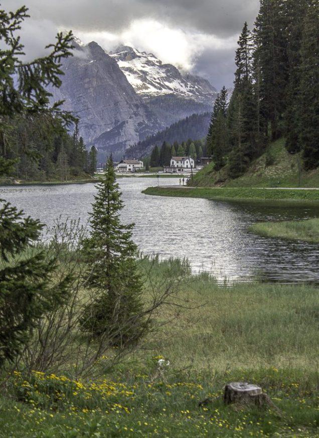 Na trilha que circunda o lago