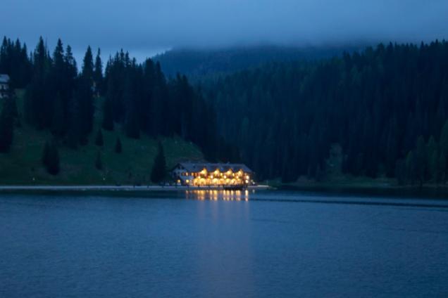 Cai a noite no Lago Misurina