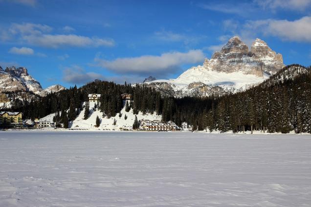lago Misurina no inverno
