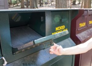 Todas as lixeiras do parque são à prova de ursos: travas ou gavetas para que não possam se alimentar de nossos restos